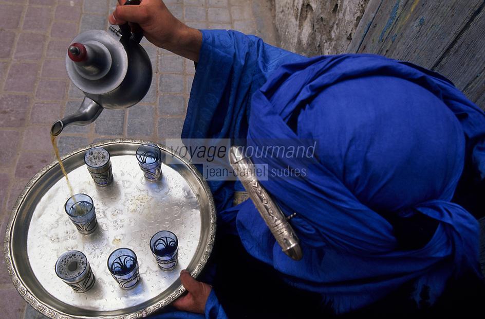 Afrique/Maghreb/Maroc/Essaouira : Dans le souk, berbère servant le thé à la menthe et aux herbes