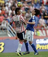 BARRANQUIILLA -COLOMBIA-27-10-2013. Jhonny Vasquez (I) de Atlético Junior disputa el balón con Rafael Robayo (D) de Millonarios durante partido válido por la fecha 16 válido por la Liga Postobón 2013-1 jugado en el estadio Metropolitano Roberto Meléndez de la ciudad de Barranquilla./ Atletico Junior  player Jhonny Vasquez (L) fights for the ball with Millonarios player Rafael Robayo (R) during match valid for the 16th date of the Postobon  League II 2013 played at Metropolitano Roberto Melendez stadium in Barranquilla city.  Photo: VizzorImage/Gabriel Aponte/STR