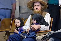 4415 / Amish : AMERIKA, VEREINIGTE STAATEN VON AMERIKA,PENNSYLVANIA,  (AMERICA, UNITED STATES OF AMERICA), 13.09.2006: Amisch, Vater mit zwei Maedchen auf einer Viehaution..Die Amischen sind eine christliche Religionsgemeinschaft. Sie haben ihre Wurzeln in der Taeuferbewegung des 16. Jahrhunderts. Im Jahre 1693 spalteten die Amischen sich von der Gruppe der Mennoniten ab. Heute leben sie in 26 Staaten der USA in 1.204 Siedlungen...Sie fuehren ein stark im Agrarbereich verwurzeltes Leben und sind bekannt dafuer, dass sie den technischen Fortschritt in vielen Faellen ablehnen und Neuerungen nur nach sorgfaeltiger Ueberlegung akzeptieren. Die Amischen legen groÃen Wert auf Familie, Gemeinschaft und Abgeschiedenheit von der Aussenwelt. Sie stammen ueberwiegend von suedwestdeutschen Dialektsprechern und Deutschschweizern ab und sprechen untereinander deutsche Mundart...