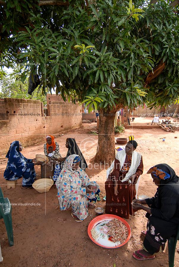 BURKINA FASO, Banfora, women process cashew nuts, cooking and peeling  / Frauen verarbeiten auf traditionelle Weise Kaschunuesse , Nuesse werden per Hand gekocht und geschaelt