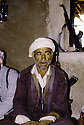 Irak 1985  Dans les zones libérées, région de Lolan, un homme dans sa maison  Iraq 1985  In liberated areas, Lolan district, a man at home