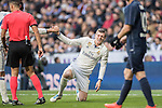 Toni Kroos of Real Madrid is helped up by teammate Carlos Henrique Casemiro during their La Liga 2016-17 match between Real Madrid and Malaga CF at the Estadio Santiago Bernabéu on 21 January 2017 in Madrid, Spain. Photo by Diego Gonzalez Souto / Power Sport Images