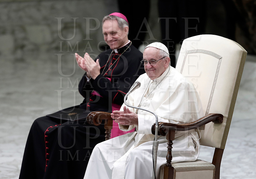 Papa Francesco e l'arcivescovo Georg Gänswein applaudono dopo l'esibizione di alcuni artisti del Circo Cubano durante l'Udienza Generale del mercoledi' in aula Paolo VI in Vaticano, 20 dicembre 2017.<br /> Pope Francis and archbishop Georg Gänswein clap hands after artists from the Cuban Circus performing during his weekly general audience in Paul VI Hall at the Vatican, on December 20, 2017.<br /> UPDATE IMAGES PRESS/Isabella Bonotto<br /> <br /> STRICTLY ONLY FOR EDITORIAL USE