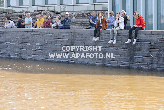 Venlo, 170721_01<br />Hoog water Maas.<br />Publiek met uitzicht op de Maas en steiger met bootjes.<br />Foto: Sjef Prins - APA Foto