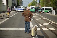 Gegen den Protest mehrerer tausend Menschen setzte die Polizei am 1. Mai in Berlin einen Aufmarsch von ca. 300 Neonazis aus ganz Deutschland durch. Es gab mehrere Versuche die Marschroute mit Blokaden zu sperren, so auch einer Betonpyramide, an die sich 4 Menschen angekettet hatten.<br />Im Bild: Ein Rentner kommt aus dem Urlaub und kann wegen der gesperrten Strassen nicht nach Hause.<br />1.5.2013, Berlin<br />Copyright: Christian-Ditsch.de<br />[Inhaltsveraendernde Manipulation des Fotos nur nach ausdruecklicher Genehmigung des Fotografen. Vereinbarungen ueber Abtretung von Persoenlichkeitsrechten/Model Release der abgebildeten Person/Personen liegen nicht vor. NO MODEL RELEASE! Don't publish without copyright Christian-Ditsch.de, Veroeffentlichung nur mit Fotografennennung, sowie gegen Honorar, MwSt. und Beleg. Konto:, I N G - D i B a, IBAN DE58500105175400192269, BIC INGDDEFFXXX, Kontakt: post@christian-ditsch.de<br />Urhebervermerk wird gemaess Paragraph 13 UHG verlangt.]