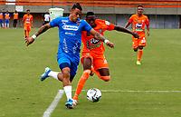 ENVIGADO - COLOMBIA, 28–02-2021: Yeferson Rodallega de Envigado F. C. y Javier Reina de Deportivo Independiente Medellin disputan el balon, durante partido entre Envigado F. C. y Deportivo Independiente Medellin de la fecha 10 por la Liga BetPlay DIMAYOR I 2021, en el estadio Polideportivo Sur de la ciudad de Envigado. / Yeferson Rodallega of Envigado F. C. and Javier Reina of Deportivo Independiente Medellin fight for the ball, during a match between Envigado F. C. and Deportivo Independiente Medellin of 10th date for the BetPlay DIMAYOR I 2021 League at the Polideportivo Sur stadium in Envigado city. Photo: VizzorImage / Donaldo Zuluaga / Cont.