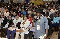 """BOGOTÁ -COLOMBIA. 10-10-2014. Asistentes intervienen durante el encuentro por la """"Dignidad de las Víctimas del Genocidio contra La UP"""" realizado hoy, 10 de octuber de 2014, en la ciudad de Bogotá./ Participants ask during the meeting for the """"Dignity of Victims of Genocide against The UP"""" took place today, October 10 2014, at Bogota city. Photo: Reiniciar /VizzorImage/ Gabriel Aponte<br /> NO VENTAS / NO PUBLICIDAD / USO EDITORIAL UNICAMENTE / USO OBLIGATORIO DELCREDITO"""