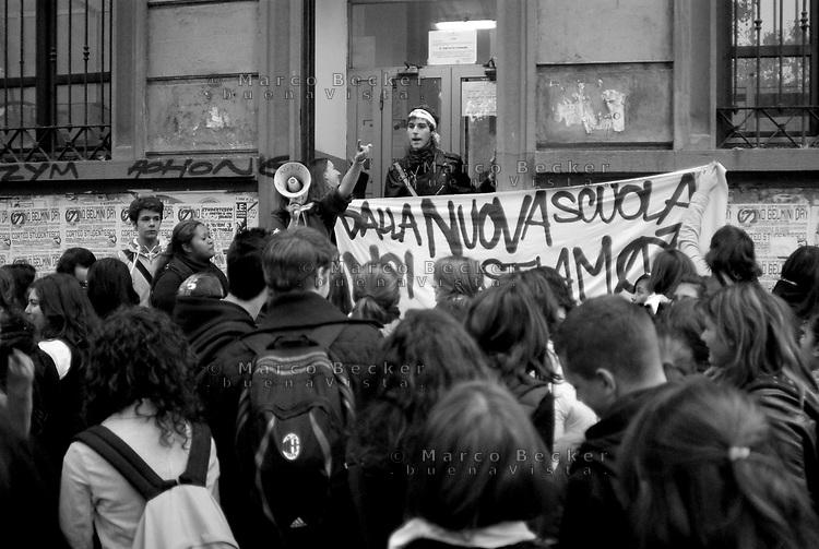milano, occupazione del liceo agnesi contro la riforma dell'istruzione --- milan, occupation of agnesi high school against the school reform