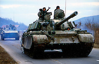 PODUJEVO / KOSOVO - FEBBRAIO 1999.CARRI ARMATI DELL'ESERCITO JUGOSLAVO AVANZANO NELLA ZONA CONTROLLATA DALL'UCK. NELLE PRIME SETTIMANE DEL 1999 L'UCK PRENDE IL CONTROLLO DI NUMEROSI VILLAGGI A NORD DI PRISTINA CON L'INTENTO DI TAGLIARE LE VIE DI COMUNICAZIONE..LA REPRESSIONE ARMATA DELLE FORZE JUGOSLAVE FU DURISSIMA E SCATENO' UNA NUOVA ONDATA DI PROFUGHI..FOTO LIVIO SENIGALLIESI..PODUJEVO / KOSOVO - FEBRUARY 1999.JUGOSLAV ARMY TANKS ADVANCE IN THE ZONE CONTROLLED BY KLA (KOSOVO LIBERATION ARMY) WHERE GUERRILLA OCCUPIED MANY VILLAGES AT THE NORTH OF PRISTINA WITH INTENTION TO CUT OFF THE LINES OF COMMUNICATION. THE REPRESSION OF JUGOSLAV FORCES WAR EXTREMLY HARD AND PROVOKED A NEW REFUGEES WAVE..PHOTO LIVIO SENIGALLIESI