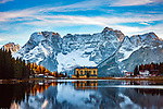 Italien, Venetien, Dolomiten, Lago di Misurina vor der Berggruppe Sorapis (3.205 m) | Italy, Veneto, Dolomites, Lago di Misurina and mountain range Sorapis (3.205 m)