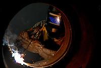Alunorte, a maior refinaria de alumina do mundo Em 1978, um acordo entre os governos do Brasil e do Japão — que contou com a participação da Vale (na época, chamada de Companhia Vale do Rio Doce) — criou a empresa Alunorte - Alumina do Norte do Brasil S.A, idealizada para integrar a cadeia produtiva do alumínio no Pará, estado rico em bauxita, matéria-prima da alumina.Construída estrategicamente em Barcarena, município situado a 40 quilômetros, em linha reta, de Belém (PA), a Alunorte iniciou suas operações em julho de 1995, após um período de paralisação das obras em função de uma crise no mercado, que retardou a implantação do projeto.Em 2000, iniciou-se o primeiro projeto de expansão da refinaria, que foi concluído em 2003. Com a ampliação, a capacidade produtiva passou de 1,6 para 2,5 milhões de toneladas de alumina por ano. Com esse salto na produção, a empresa ganhou destaque no cenário internacional e passou a figurar como a maior refinaria da América Latina e a quarta do mundo. Nesse mesmo ano, iniciou-se a segunda expansão.A conclusão da segunda expansão terminou no primeiro semestre de 2006, consolidando a Alunorte como a maior refinaria de alumina do planeta. A empresa chegava então a uma capacidade de produção de 4,4 milhões de toneladas de alumina por ano, gerando emprego para cerca de 2,5 mil pessoas (funcionários próprios e contratados).Em agosto de 2008, a Alunorte concluiu as obras da Expansão 3, um investimento de R$ 2,2 bilhões que capacitou a empresa para produzir 6,26 milhões de toneladas de alumina por ano. Com esse patamar, a Alunorte passou a ser responsável por 7% da produção mundial de alumina.Barcarena, Pará, Brasil.Foto: ©Paulo Santos2008