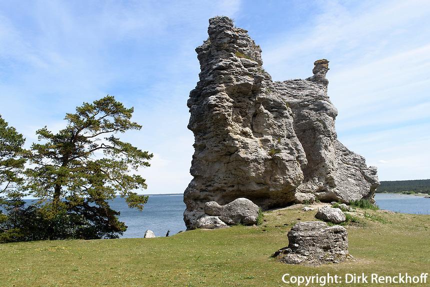 Rauk Jungfrun (Jungfrau) bei Lickershamn auf der Insel Gotland, Schweden, Europa<br /> Rauk (Cliff) Jungfrun (Virgin) near Lickershamn, Isle of Gotland, Sweden