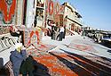 Irak 2000  Les marchands de tapis iraniens de contrebande au pied de la citadelle d'Erbil         Iraq  2000 Carpets' dealers in Erbil
