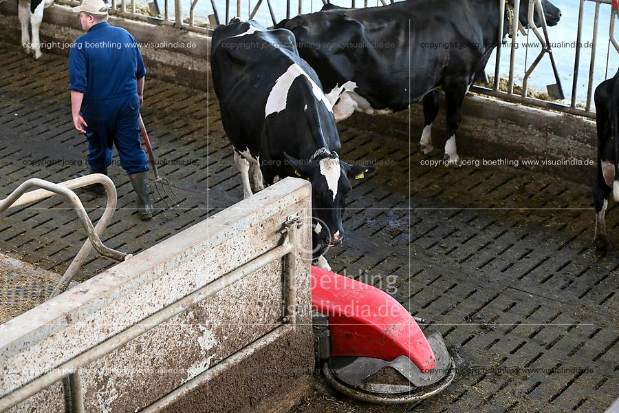 GERMANY, Echem, smart dairy cow milk farm, digitalization of agriculture, automatic cowdung slider / DEUTSCHLAND, Landwirtschaftlichen Bildungszentrum (EBZ) in Echem, Digitalisierung im Kuhstall und Melkstand, selbstfahrender Spaltenschieber Lely, Kuhdungschieber Roboter