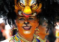 BARRANQUILLA-COLOMBIA-09-02-2013: Barranquilla vivió y disfrutó de una Batalla de Flores del Bicentenario con tradición, centenares de disfraces y agrupaciones que junto a los asistentes hicieron un desfile multitudinario y con mucho sabor barranquillero.  Barranquilla lived and enjoyed a Bicentennial Battle of Flowers with tradition, hundreds of costumes and groups together the assistants did a massive parade and flavorful Barranquilla. (Foto VizzorImage / Cont.)