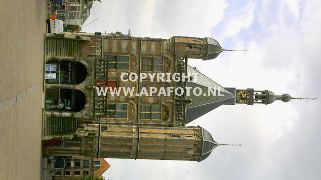 Deventer 110701 het waaggebouw,tegenwoordig stedelijk museum. duidelijk is te zien dat het hele gebouw en met name de rechter toren overheld. een gevolg van de veenlaag waarop in de 16e eeuw de rechter kant werd gebouwd.<br />foto frans ypma APA-foto