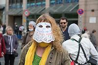 """Auf und rund um den Rosa-Luxemburg-Platz in Berlin-Mitte haben am Samstag den 25. April 2020 mehrere hundert Menschen gegen die Einschraenkungen im Zuge der Massnahmen zur Eindaeemung der Covid-19-Pandemie protestiert. Rechtsextremisten, Hooligans, Antisemiten, Verschwoerungstheoretiker und AfD-Politiker hatten zu einer sogenannten """"Hygiene-Demo"""" versammelt. Vereinzelt protestierten Menschen am Rande gegen diese Demonstration.<br /> Die Polizei war mit mehreren hundert Beamten im Einsatz und nahm mehr als 100 Personen fest.<br /> Im Bild: Eine Demonstrantin hat sich aus einem Tortenuntersetzer eine Maske mit der Aufschrift """"Regierungs- Marionette und Unterwuerfigkeit Nein Danke. Ich Denke eigenstaendig"""" (Rechtschreibung im Original) gebastelt.<br /> 25.4.2020, Berlin<br /> Copyright: Christian-Ditsch.de<br /> [NUR FUER REDAKTIONELLE ZWECKE! Werbung nur auf Anfrage beim Fotografen. Inhaltsveraendernde Manipulation des Fotos nur nach ausdruecklicher Genehmigung des Fotografen. Vereinbarungen ueber Abtretung von Persoenlichkeitsrechten/Model Release der abgebildeten Person/Personen liegen nicht vor. NO MODEL RELEASE! Don't publish without copyright Christian-Ditsch.de, Veroeffentlichung nur mit Fotografennennung, sowie gegen Honorar, MwSt. und Beleg. Konto: I N G - D i B a, IBAN DE58500105175400192269, BIC INGDDEFFXXX, Kontakt: post@christian-ditsch.de<br /> Bei der Bearbeitung der Dateiinformationen darf die Urheberkennzeichnung in den EXIF- und  IPTC-Daten nicht entfernt werden, diese sind in digitalen Medien nach §95c UrhG rechtlich geschuetzt. Der Urhebervermerk wird gemaess §13 UrhG verlangt.]"""