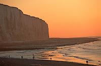 Europe/France/Normandie/Haute-Normandie/76/Seine-Maritime/Le Tréport: Les Falaises au soleil couchant et promeneurs sur la plage