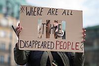 """Mahnwache von syrischen Gefluechteten fuer in ihrem Heimhatland verhaftete und verschwundene Menschen am Samstag den 3. November 2018 vor dem Brandenburger Tor in Berlin.<br /> In den vergangenen sieben Jahren sind tausende Menschen Syrien verschwunden. Sie sind auf Grund ihres Glaubens oder wegen ihrer Ueberzeugungen Opfer politischer Verfolgung und willkuerlicher Gewalt geworden. Mit aufgerufen zu der Mahnwache hatte die Organisation """"Adopt a revolution"""".<br /> Im Bild: Eine Teilnehmerin der Mahnwache fragt auf einem Schild: """"Wo sind all die verschwundenen Menschen?""""<br /> 3.11.2018, Berlin<br /> Copyright: Christian-Ditsch.de<br /> [Inhaltsveraendernde Manipulation des Fotos nur nach ausdruecklicher Genehmigung des Fotografen. Vereinbarungen ueber Abtretung von Persoenlichkeitsrechten/Model Release der abgebildeten Person/Personen liegen nicht vor. NO MODEL RELEASE! Nur fuer Redaktionelle Zwecke. Don't publish without copyright Christian-Ditsch.de, Veroeffentlichung nur mit Fotografennennung, sowie gegen Honorar, MwSt. und Beleg. Konto: I N G - D i B a, IBAN DE58500105175400192269, BIC INGDDEFFXXX, Kontakt: post@christian-ditsch.de<br /> Bei der Bearbeitung der Dateiinformationen darf die Urheberkennzeichnung in den EXIF- und  IPTC-Daten nicht entfernt werden, diese sind in digitalen Medien nach §95c UrhG rechtlich geschuetzt. Der Urhebervermerk wird gemaess §13 UrhG verlangt.]"""