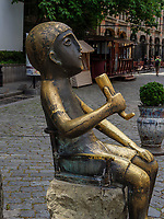 Skulptur Tamada im Ausgehviertel Bambis Rigi, Tiflis – Tbilissi, Georgien, Europa<br /> Sculpture tamada in nightlife area Bambis Rigi, Tbilisi, Georgia, Europe