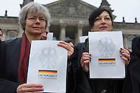 """In Solidaritaet mit dem Whistleblower Edward Snowden und gegen die Ueberwachung veranstalteten die Organisationen """"Rechtsanwaelte gegen Totalueberwachung"""" und campact vor dem Reichstag eine Kundgebung.<br />Sie forderten ein Ende der digitalen Ueberwachung und Asyl fuer Snowden in Deutschland.<br />Im Bild: Anwaeltinnen halten vor dem Reichstag das Grundgesetz.<br />18.11.2013, Berlin<br />Copyright: Christian-Ditsch.de<br />[Inhaltsveraendernde Manipulation des Fotos nur nach ausdruecklicher Genehmigung des Fotografen. Vereinbarungen ueber Abtretung von Persoenlichkeitsrechten/Model Release der abgebildeten Person/Personen liegen nicht vor. NO MODEL RELEASE! Don't publish without copyright Christian-Ditsch.de, Veroeffentlichung nur mit Fotografennennung, sowie gegen Honorar, MwSt. und Beleg. Konto:, I N G - D i B a, IBAN DE58500105175400192269, BIC INGDDEFFXXX, Kontakt: post@christian-ditsch.de<br />Urhebervermerk wird gemaess Paragraph 13 UHG verlangt.]"""