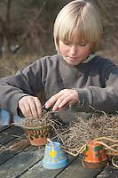 Kinder, Kind basteln Ohrwurmtopf, Tontopf wird mit trockenem Heu befüllt, Blumentopf als Schlafplatz für Ohrwürmer, Schlafröhre für Ohrwurm, Ohrwürmer, Ohrenkneifer, zur biologischen Bekämpfung von Blattläusen, Forficula, Forficulidae, earwig, earwigs