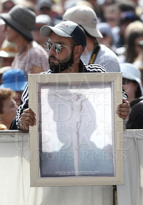 Un fedele tiene un dipinto della crocifissione di Gesùal suo arrivo all'udienza generale del mercoledi' in Piazza San Pietro, Citta' del Vaticano, 6 giugno, 2018.<br /> A faithful holds a painting of the crucifixion as Pope Francis arrives to lead his weekly general audience in St. Peter's Square at the Vatican, on June 6, 2018.<br /> UPDATE IMAGES PRESS/Isabella Bonotto<br /> <br /> STRICTLY ONLY FOR EDITORIAL USEUPDATE