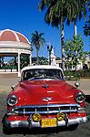 Cuba, Cienfuegos: Vintage car in Marti Square | Kuba, Cienfuegos: Oldtdimer am Marti Square