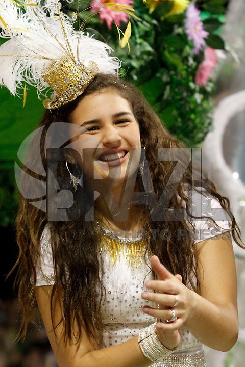 SÃO PAULO, SP, 06 DE MARÇO DE 2011 -  CARNAVAL 2011 / X-9  - A filha do humorista Renato Aragão, Livia, no desfile em homenagem ao Trapalhão, feita pela da X-9 Paulistana, durante o segundo dia dos desfiles das escolas do Grupo Especial de São Paulo, no Sambódromo do Anhembi, zona norte da capital paulista, na madrugada deste domingo  (FOTO: VANESSA CARVALHO/ NEWS FREE)