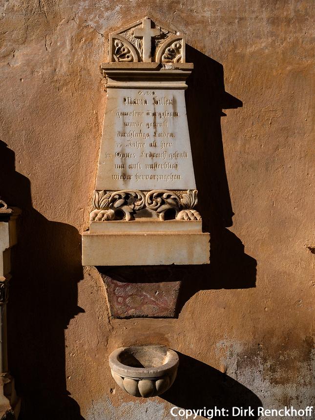 Friedhof bei Kirche im Dorf Algund bei Meran, Region Südtirol-Bozen, Italien, Europa<br /> church cemetery,  Lagundo village near Merano, Region South Tyrol-Bolzano, Italy, Europe