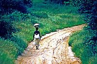 Mulher caminhando na estrada. Angola. 1991. Foto de Ricardo Azoury.