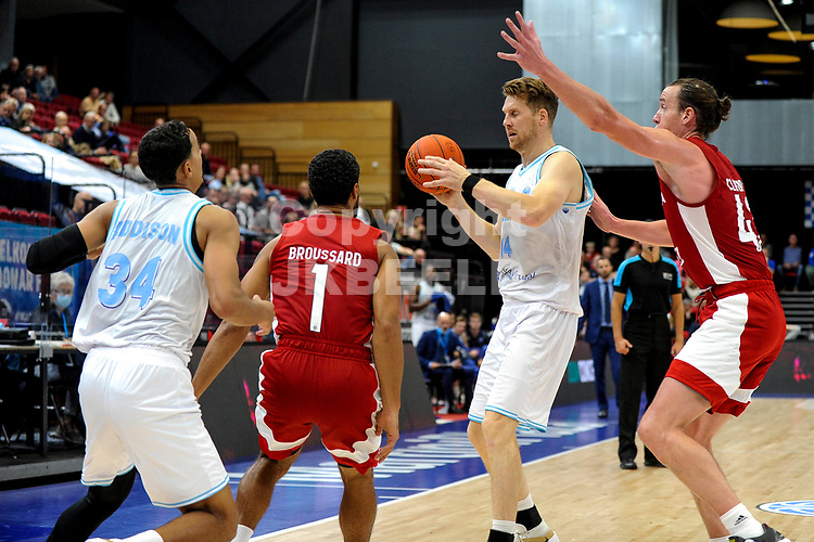 GRONINGEN - FIBA Basketbal-bubbel. finale, Donar - Lisboa Benfica seizoen 2021-2022, 01-10-2021, Donar speler Thomas Koenis met Benfica speler Dennis Clifford