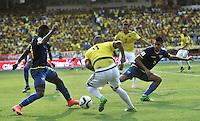 BARRANQUILLA - COLOMBIA -29-03-2016: Edwin Cardona (Cent.) jugador de Colombia disputa el balón con Gabriel Achuilier (Izq.) y Cristian Noboa (Der.) jugadores de Ecuador durante partido entre los seleccionados de Colombia y Ecuador, por la fecha 6 para la clasificación sudamericana a la Copa Mundial de la FIFA Rusia 2018, jugado en el estadio Metropolitano Roberto Melendez en Barranquilla. /  Edwin Cardona (c) player of Colombia fights the ball with Gabriel Achuilier (L) and Cristian Noboa (R) players of Ecuador during match between the teams of Colombia and Ecuador, for the date 6 for the Qualifier FIFA World Cup Russia 2018, played at Metropolitan stadium Roberto Melendez in Barranquilla. Photo: VizzorImage / Luis Ramirez / Staff.