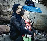 Nefiseh, 21, aus Baglan, Afghanistan mit ihrem Sohn; sie kam mit ihrem Mann und einer Tochter am 5.3.2020 in Skala Sykamneas an, Lesbos, Griechenland