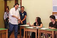 ATENCAO EDITOR FOTO EMBARGADA PARA VEICULO INTERNACIONAL - SAO PAULO, SP, 27 OUTUBRO 2012 - ELEICOES SP - JOSE SERRA - O prefeito Gilberto kassab e visto no Colegio Santa Cruz na regiao oeste da capital paulista neste domingo. FOTO: VANESSA CARVALHO - BRAZIL PHOTO PRESS.