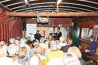 """Charly Naegle am Piano und Sängerin Nina Hetzel treten auf im Schiffsbauch von """"Willi"""""""