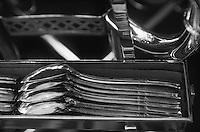 """Europe/France/Provence-Alpes-Côte d'Azur/06/Alpes-Maritimes/Cannes Détail des couverts en argent d'une table à découper au restaurant d """"La Palme d'Or"""" de l'Hotel Martinez"""