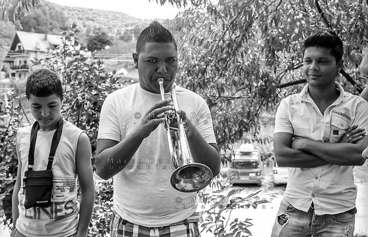 Festival di trombe e ottoni di Guca (Cacak). Ragazzi Rom --- Trumpet festival of Guca (Cacak). Young gypsies