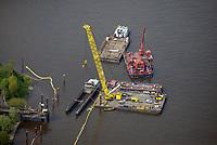 Gesunkenes Binnenschiff wird gehoben: EUROPA, DEUTSCHLAND, HAMBURG, (EUROPE, GERMANY), 12.05.2017: Binnenschiff wird durch Kran in der Norderelbe  gehoben. Auf der Norderelbe in Hamburg-Veddel ist am Dienstag das  polnisches Binnenfrachtschiff NAWA 9 gesunken.