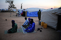 BURKINA FASO Djibo , malische Fluechtlinge, vorwiegend Tuaregs, im Fluechtlingslager Mentao des UN Hilfswerks UNHCR, sie sind vor dem Krieg und islamistischem Terror aus ihrer Heimat in Nordmali geflohen, Muslime beim Abendgebet Richtung Mekka / BURKINA FASO Djibo, malian refugees, mostly Touaregs, in refugee camp Mentao of UNHCR, they fled due to war and islamist terror in Northern Mali, muslim prayer  , WEITERE MOTIVE ZU DIESEM THEMA SIND VORHANDEN!! MORE PICTURES ON THIS SUBJECT AVAILABLE!!