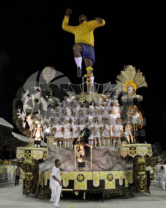 SÃO PAULO, SP, 06 DE MARÇO DE 2011 - CARNAVAL 2011 / TORCIDA JOVEM - integrante da Torcida Jovem na concentração antes do desfile da escola no Grupo de acesso de São Paulo, no Sambódromo do Anhembi, zona norte da capital paulista, na noite deste domingo. (06). (FOTO:ALE VIANNA / NEWS FREE)