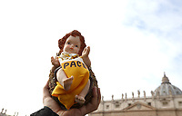 "Un fedele mostra la statuina del Bambinello prima dell'Angelus domenicale in piazza San Pietro, Citta' del Vaticano, 16 dicembre, 2018.<br /> A faithful holds a statue of the Christ Child with the inscription ""Peace"" prior to the Sunday Angelus noon prayer in St. Peter's Square, at the Vatican, on December 16, 2018.<br /> UPDATE IMAGES PRESS/Isabella Bonotto<br /> <br /> STRICTLY ONLY FOR EDITORIAL USE"
