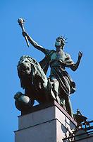 Tschechien, Prag, Platz der Repuplik, Loewe und Genius auf Nationalbank