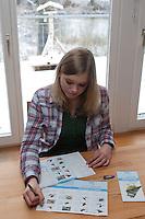"""Mädchen, Kind füllt Zählhilfe, Meldebogen aus, Protokoll, """"NABU Aktion Stunde der Wintervögel"""", Vögel zählen"""