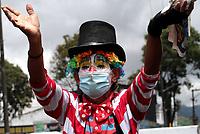 """BOGOTÁ- COLOMBIA, 18-03-2021:El payaso y mago """"PimPim"""",trabanjando en las avenidas de la capital,se quedó sin este en los circos por la pandemia y ahora busca el sustento de su famila en cualquier esquina de la ciudad. / The clown and magician PimPim, working on the avenues of the capital, was left without a job in the circuses due to the pandemic and now looks for food for his family in any corner of the city,Photo: VizzorImage / Felipe Caicedo / Staff"""