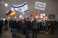 """Nachdem an drei voran gegangenen Baergida-Aufmaerschen mehrere hundert Menschen teilgenommen haben, kamen am Montag den 26. Januar 2015 nur noch ca. 150 Personen. Wieder nahmen viele militante Neonazis aus Berlin und Brandenburg, Hooligans, sog. """"Reichsbuerger"""" teil.<br /> Im Bild: Veranstaltungnsteilnehmer mit Israel-Fahne und einem Schild """"Je suis Charlie"""".<br /> 26.1.2015, Berlin<br /> Copyright: Christian-Ditsch.de<br /> [Inhaltsveraendernde Manipulation des Fotos nur nach ausdruecklicher Genehmigung des Fotografen. Vereinbarungen ueber Abtretung von Persoenlichkeitsrechten/Model Release der abgebildeten Person/Personen liegen nicht vor. NO MODEL RELEASE! Nur fuer Redaktionelle Zwecke. Don't publish without copyright Christian-Ditsch.de, Veroeffentlichung nur mit Fotografennennung, sowie gegen Honorar, MwSt. und Beleg. Konto: I N G - D i B a, IBAN DE58500105175400192269, BIC INGDDEFFXXX, Kontakt: post@christian-ditsch.de<br /> Bei der Bearbeitung der Dateiinformationen darf die Urheberkennzeichnung in den EXIF- und  IPTC-Daten nicht entfernt werden, diese sind in digitalen Medien nach §95c UrhG rechtlich geschuetzt. Der Urhebervermerk wird gemaess §13 UrhG verlangt.]"""