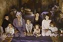 Irak 1991   Le retour des réfugiés: à Haj Omran, famille dans une maison en ruines  Iraq 1991  Kurdish refugees coming back: in Haj Omran, a family living in ruins