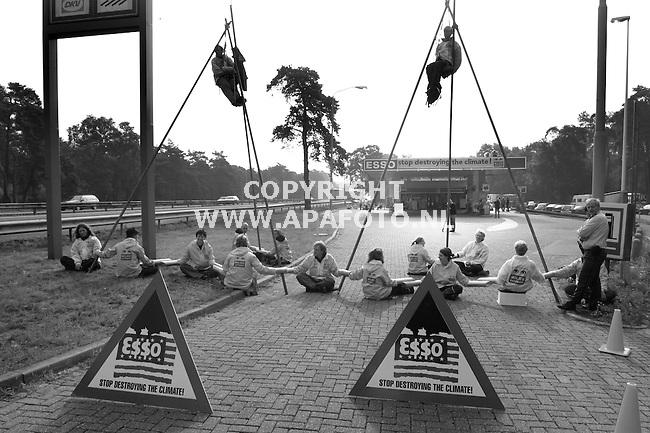 ede 130701 activisten van greenpeace bezetten vandaag het essobenzinestation de bunderkamp lamgs de a12. dit uit protest tegen de betrokkenheid van esso bij de milieupolitiek van de regering bush.<br />foto frans ypma APA-foto