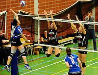 Tievolley Tielt - Vlamvo Vlamertinge : Leen Corneillie smasht de bal over het blok van Eva Crispyn (midden) en Margot Demuynck (rechts).foto VDB / BART VANDENBROUCKE