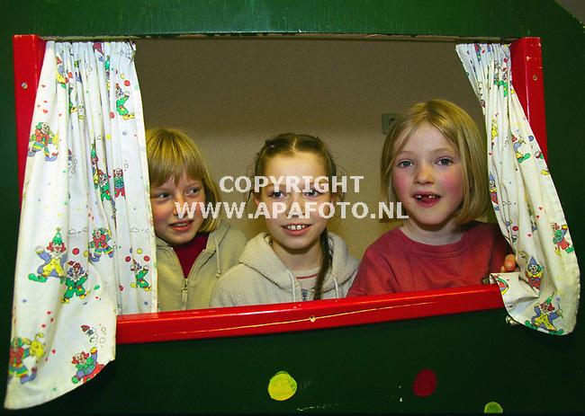 Lunteren , 010400  Foto : Koos Groenewold / APA foto<br />Kinderen konden hun zegje doen in de kast.
